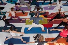 人顶视图瑜伽节日的在米兰,意大利 免版税库存照片