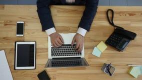 人顶视图研究膝上型计算机的和片剂和有接触空白的巧妙的电话绿化在桌上的屏幕 免版税图库摄影