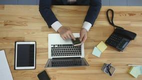 人顶视图研究膝上型计算机的和片剂和有接触空白的巧妙的电话绿化在桌上的屏幕 免版税库存照片