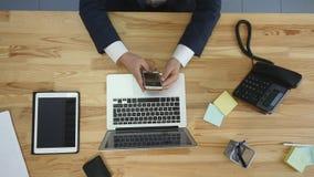 人顶视图研究膝上型计算机的和片剂和有接触空白的巧妙的电话绿化在桌上的屏幕 库存照片