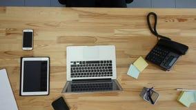 人顶视图研究膝上型计算机的和片剂和有接触空白的巧妙的电话绿化在桌上的屏幕 库存图片
