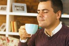 年轻人饮料咖啡、茶或者巧克力 免版税库存照片