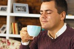年轻人饮料咖啡、茶或者巧克力 库存照片