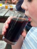 年轻人饮用的可乐 免版税库存图片