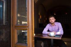 人饮用的咖啡的画象 库存照片
