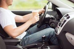 人饮用的咖啡,当驾驶汽车时 免版税图库摄影