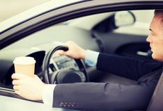 人饮用的咖啡,当驾驶汽车时 库存图片