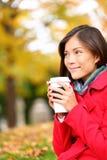 人饮用的咖啡-秋天的秋天妇女 免版税库存照片