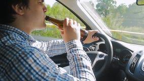 人饮用的啤酒慢动作英尺长度从瓶的,当驾驶汽车时 不负责任的司机 唐` t饮料,当驾驶时 影视素材