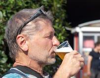 人饮用的啤酒 免版税库存图片