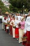 人马德拉岛酒节传统服装durnig历史和民族志学游行的在丰沙尔 免版税库存图片