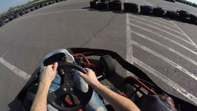 人驱动去在非常快速的轨道的kart,摄制从司机的视图 股票录像