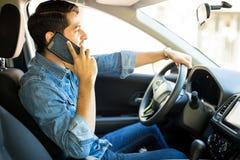 人驾驶和谈话在电话 库存照片