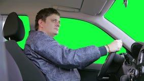 人驾驶汽车反对绿色背景 影视素材