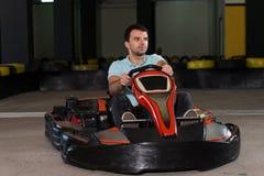 年轻人驾驶去Kart Karting种族 库存图片