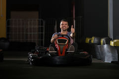 年轻人驾驶去Kart Karting种族 库存照片