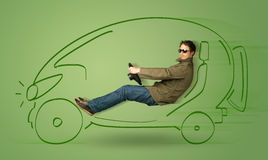 人驾驶eco friendy电手拉的汽车 免版税库存图片