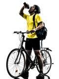人骑自行车的登山车饮用的剪影 免版税库存图片