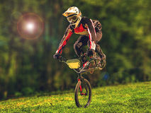人骑马执行把戏的bmx自行车 库存图片