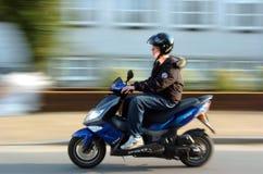 人骑马滑行车年轻人 免版税图库摄影