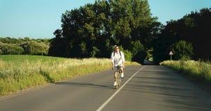 人骑马自行车在乡下,' 股票视频