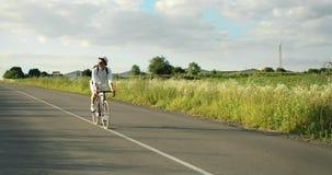 人骑马自行车在乡下 影视素材