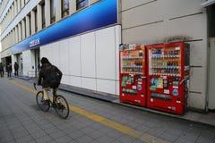 人骑马自行车在日本 免版税库存图片