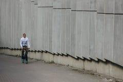 人骑马自行车 免版税库存照片