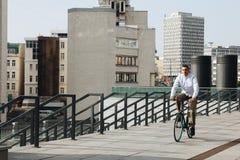 人骑马自行车 库存照片