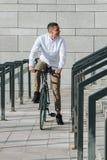 人骑马自行车 图库摄影