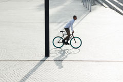 人骑马自行车 库存图片