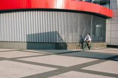人骑马自行车 免版税图库摄影