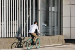 人骑马自行车 免版税库存图片