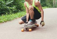 人骑马longboard或滑板 免版税图库摄影