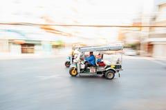人骑马tuk-tuk摇摄  免版税库存图片
