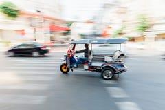 人骑马tuk-tuk摇摄  图库摄影