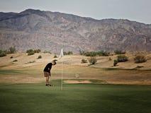 人高尔夫球运动员死亡谷熔炉小河高尔夫球场 免版税库存照片
