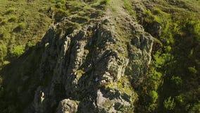 人鸟瞰图独奏释放上升在峭壁 男性攀登没有安全带和绳索的岩石 的登山人 股票录像