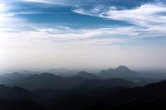 年轻人,在山峰风景的自由 免版税库存图片