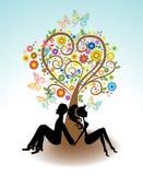 人,坐在爱护树木下的妇女 免版税图库摄影