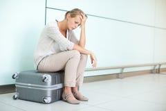 年轻人,女性沮丧的乘客在机场 免版税图库摄影