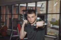 人,拳击手套的人,在健身房,炫耀训练, 免版税库存图片
