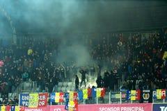 人,支持者人群在足球比赛期间的一个体育场内 库存图片