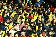 人,支持者人群在足球比赛期间的一个体育场内 免版税库存图片