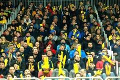 人,支持者人群在足球比赛期间的一个体育场内 库存照片
