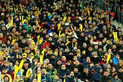 人,支持者人群在足球比赛期间的一个体育场内 免版税库存照片