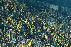 人,支持者人群在足球比赛期间的一个体育场内 免版税图库摄影