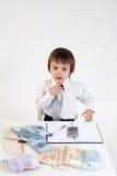 年轻人,计数金钱和采取笔记 免版税库存照片