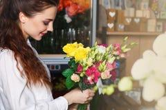 人们、事务、销售和floristry概念-愉快的微笑的卖花人 库存图片
