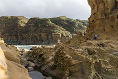 人们、异常的岩层和地形在基隆 免版税库存照片